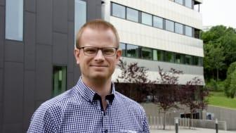 Torbjørn Sørensen utenfor Schneider Electric Norge sitt hovedkontor på Ryen.