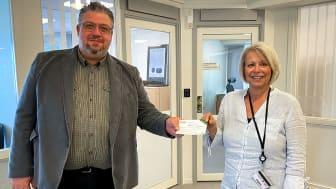 Först ut att premieras i kommunhuset var Cathrin Mårtensson, HR-strateg. Här är det Teddy Nilsson, kommunstyrelsen ordförande, som delar ut gåvokortet.