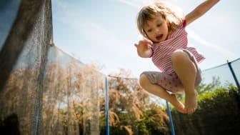 """Auch Kinder haben aktuell """"Home Office"""", denn gespielt werden darf aufgrund der Corona-Ansteckungsgefahr fast nur zu Hause. Auf der sicheren Seite sind alle Abenteurer, Kletterkünstler und Luftikusse mit dem privaten Kinderunfallschutz."""