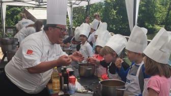 Dan Lexö lär 7-åriga Minikockar att laga rolig och lustfylld mat.