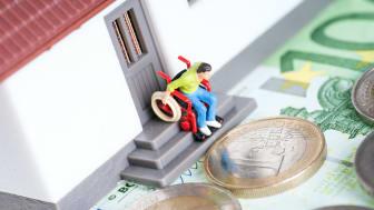 Ein altersgerechter oder sogar barrierefreier Umbau der eigenen Immobilie geht ins Geld, aber es gibt Alternativen!