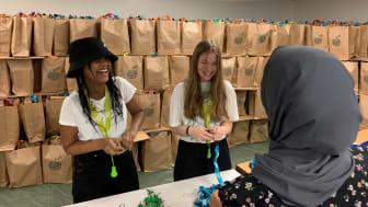 Feriearbetarna Solyana, Flora och Betol packar matavfalls-kit.