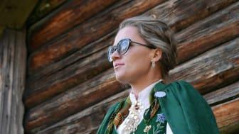 Stine Westlund i Specsavers, styler sin Nordlandsbunad med en diskré brille fra Tiger of Sweden i en grønntone som kler bunaden. Foto Christer Folke Westlund.