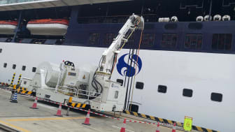 A battery-powered AMPMobile unit connects a ship to shore power at Shenzhen cruise terminal.