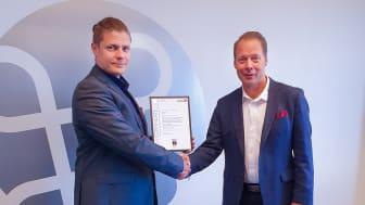Kiwa Inspectan pääarvioitsija Kaj von Weissenberg luovutti Alertumin toimitusjohtajalle Tuomas Liukkoselle Green Card -sertifikaatin