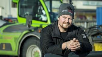 På bild är Mattias Hallin, arbetsledare på Grus Schakt Umeå AB.