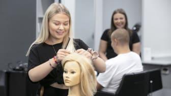 Hantverksprogrammet med inriktning frisör, barberare, hår och makeupstylist tar inte in några nya elever i höst