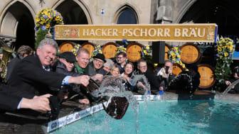 Dieter Reiter, Ernst Wolowicz und Andreas Steinfatt waschen die Geldbeutel am Fischbrunnen am Marienplatz