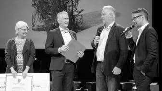 Priset delades ut av representanter från Sigma och Dataföreningen i Jämtland. Från vänster ser vi Åsa Hofsten, Dataföreningen; Bert-Ola Bångman, Sigma; Göran Elovsson och Axel Bergström, AIM Sweden