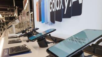 Samsungin A-sarjan mallit hallitsevat elokuun 2019 myydyimpien puhelinten listaa. Kuva Forumin Gigantista Helsingistä.