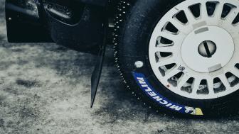 Arbeskos skyddsskor utrustas med rallydäck från Michelin