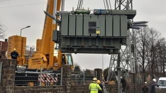 90 Tonnen hängen am Haken und schweben ein. Der neue Trafo musste an seinen Platz gehievt werden.