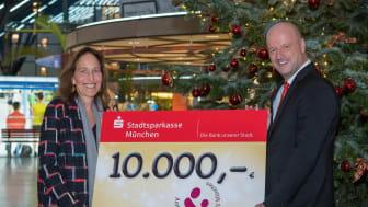 Christine Bronner von der Stiftung Ambulantes Kinderhospiz München erhielt unter dem Weihnachtsbaum von Ralf Fleischer, Vorstandsvorsitzender der Stadtsparkasse München, eine Spende in Höhe von 10.000 Euro.