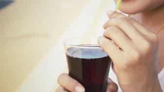 Svenskarna dricker nära 40 sockerbitar i veckan.