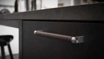 Læderbetrukne greb føjer en maskulin stoflighed til køkkenet.