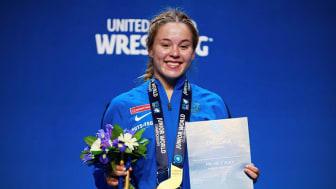 Världsmästaren och sjuksköterskestudenten Jonna Malmgren med sitt nyvunna JVM-guld i Ufa, Ryssland.