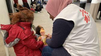 Läkare Utan Gränsers rådgivare Hinda Abdusalam Tagiuri pratar och leker med en femårig flicka som sitter fast i lägret Abu Salim i Tripoli, Libyen. Foto: Sam Turner/Läkare Utan Gränser
