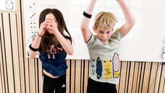 Ella Kramer och Alvar Brodén, Långbrodalsskolan, får ny energi av de pulshöjande aktiviteterna. Fotograf Robert Blombäck