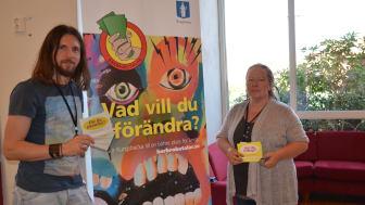 Nedim Kirlic och Susanne Löfgren samlar in ungas förslag på Älvsåkersskolan.