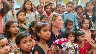 En stor del av tiden lobbar Sara för internationella standards för inomhusluft i skolor och förskolor. Blueair donerar också luftrenare och erbjuder hälsoundersökningar för barn i områden med höga halter av luftföroreningar, som här i New Delhi.