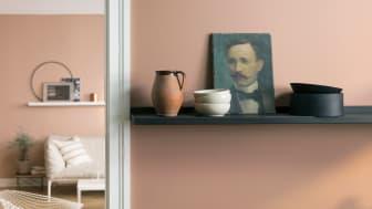 Veggfargen LADY 20046 Savanna Sunset fra Jotun er fin i kombinasjon med både sort og hvitt. I rommet bak er den lysere nyansen LADY 20047 Blushing Peach. Alle vegger er malt med,  LADY Pure Color; supermatt, perfekt gjengivelse av fargene.