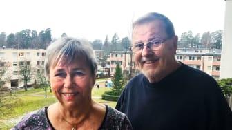 """Jonas och Ann-Mari Norell flyttade in i HSB-huset på Holmvägen 50 redan när det var nybyggt 1969. """"Tack vara hissen kan vi tryggt bo kvar tills de får bära ut oss"""", säger Jonas Norell som hunnit fylla 86 år."""
