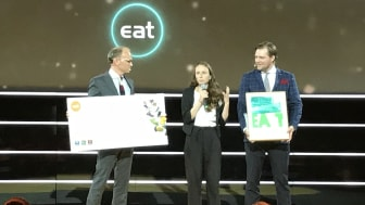 Hanna Olvenmark tar emot prispengar och diplom från Torgeir Silseth och Günther Mårder.
