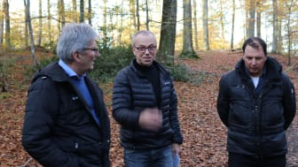 Foreningskonsulent Bent Skov fra Haderslev Kommune (i midten) viser Beat Wabel (th) fra UCI og Jens-Erik Majlund (tv) fra Danmarks Cykle Union rundt i skovene omkring Haderslev