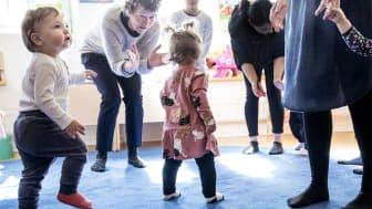 Nu kan öppna förskolan äntligen erbjuda sångsamlingar, jympa och lek för föräldralediga göteborgare och deras barn igen. Foto: Förskoleförvaltningen Göteborg