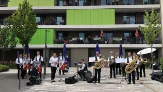 """Der Posaunenchor Schwarz spielte am Sonntag für die Bewohnerinnen und Bewohner des Seniorenzentrums """"An der Lauter"""" in Lauterbach."""
