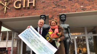 Bildtext: Diplom, blommor, 10 000 kronor och självklart en Hövding överräcktes till Årets Cykelhjälte, professorn och humanbiologen Peter Schantz.