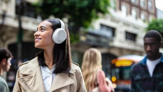 Система шумоподавления накладных наушников WH-CH710N позволяет вам погрузиться в музыку и почти не слышать окружающего мира