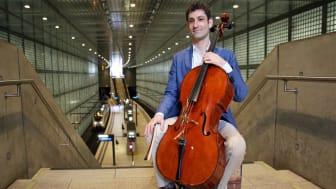 """Dale Henderson mit seinem Cello """"Bertha"""" im Leipziger City-Tunnel"""