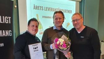 Johan Lundgren, inköpsansvarig (t.v.) och Stefan Pageryd, VD (t.h) gratulerar Tomas Möller, Finja Betong i mitten.