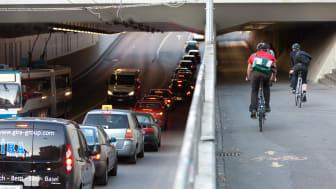 Medan Trafikverkets prognoser utgår från att trafiken kommer att fortsätta öka och framförallt fokuserar på god framkomlighet, så utgår kommunernas planering från lokala mål om att bromsa, stabilisera eller minska trafikarbetet. Foto: Schiffer, Eltis