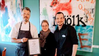 Tobias Strömberg och Robin Eliasson från Hotell Kristina tar emot Ekoutmaningens pris av Gill Brodin, Agenda 2030 Sigtuna Kommun.