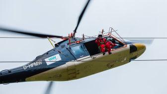 Präzisionsarbeit für alle Beteiligten: Reparaturen an Blitzschutzseilen auf Hochspannungsmasten.