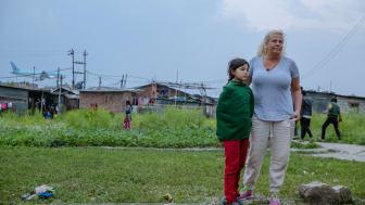 Mia Parnevik med Roschnie i slummen nära Kathmandus flygplats