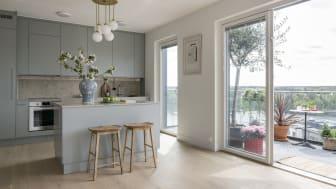 Det moderna, ljusa köket med glasdörrar ut mot terrassen med spektakulär utsikt.