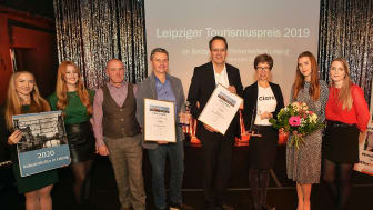 Die Preisträger: Franziska Franke-Kern (3.v.r.) für CLARA19 und Dr. Walter Ebert, Leiter des Marktamtes der Stadt Leipzig (4.v.l.), erhielten den Leipziger Tourismuspreis 2019 von Volker Bremer (LTM GmbH, 4.v.r.) - Foto: Bernd Görne