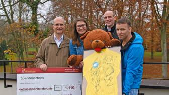 Erfolgreiche Versteigerung eines Friedensfahrttrikots: Bärenherz freut sich über den Erlös