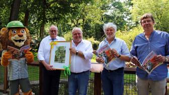 Tammi (Maskottchen Zoo Leipzig), Wolfgang Welter (Ur-Krostitzer), Prof. Jörg Junhold (Zoo Leipzig), Thomas Liebscher (Passage Verlag) und Bert Sander (Leipziger Blätter) freuen sich auf das Jubiläumswochenende (v.l.)