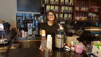 Jenny Carbonell og de andre på Kaffebaren er svært fornøyde med de nye miljøvennlige løsningene.