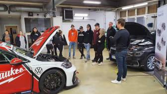 STCC-föraren Andreas Ahlberg utbildar klassen i VW hybridlära.