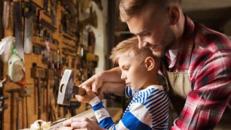 Vater und Sohn heimwerken