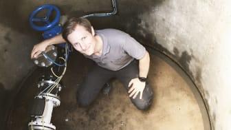 Foto: Aqua Robur | Niklas Johansson, vd Aqua Robur, installerar systemet