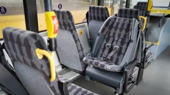 Fasta barnstolar ökar säkerheten för små barn i trafiken. Nu installerar Skånetrafiken dessa i de första regionbussarna.