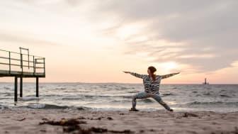 Yoga i solnedgång över sundet. Bild: Raw Yoga