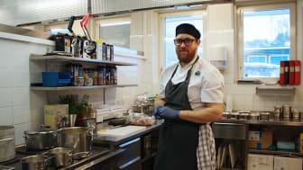 """""""Genom att lägga upp maten på ett trevligt sätt stimulerar man aptiten, vilket ofta är särskilt viktigt i våra verksamheter"""" säger Rickard Hållén, enhetsledare i Tiohundras kök."""