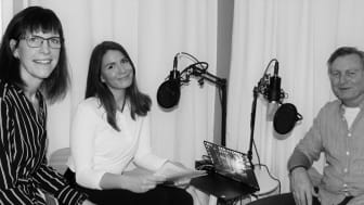 Skyddsvärnet startar podcast där gäster delar med sig av sin kunskap inom olika områden. På bild: Marita Fernström, biträdande direktor/vice VD, Rebecca Hagman, kommunikationsansvarig och Fredrik Gårdare, kriminalkommissarie. Foto: Skyddsvärnet